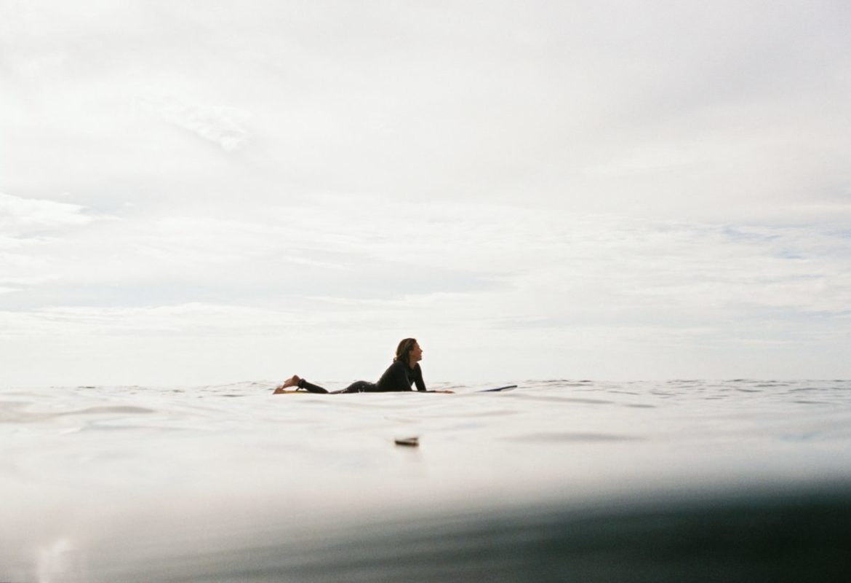 Ekspercki blog o surfingu surferka longboardowa czekajaca na fale niemafal.com o blogu