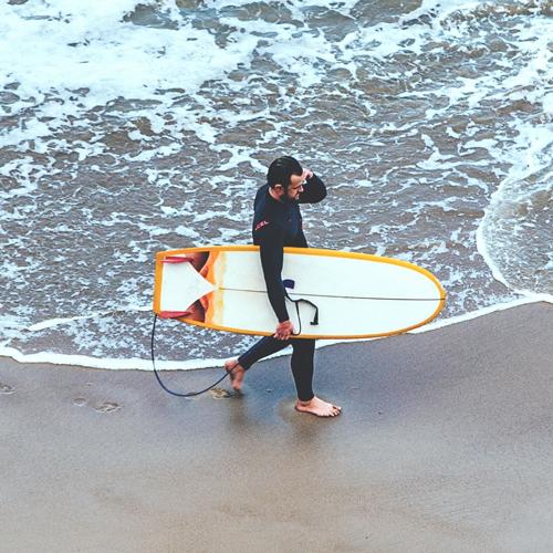 sprzet-surferski-finy-surfer-z-deska-surferska-twin-finy niemafal blog
