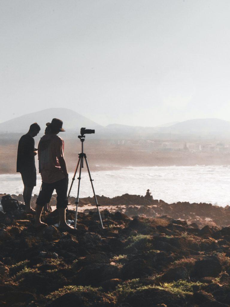 Trenerzy surfingu filmujący sesję surferską przydatną do późniejszej wideo analizy.